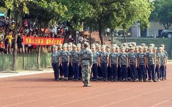 桂林市市委常委王致视察象山区学生军训工作
