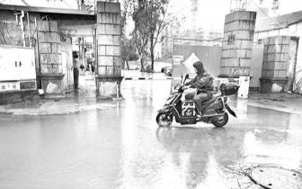 福州乌山支路一小区 门口积水百米内涝严重