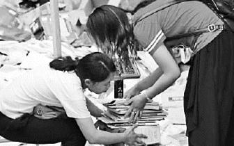"""福州:废纸成""""香饽饽"""" 每公斤卖近3元"""
