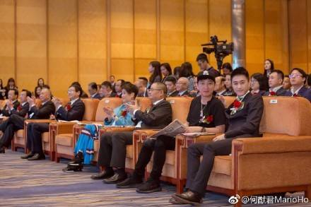 何猷君和王思聪在澳门电竞总会成立仪式上的合照。