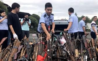 """枪支1533支管制刀具2006把 桂林警方燃""""正义之火"""""""