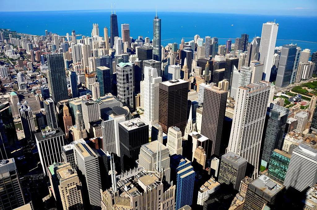 世界各地的摩天大楼也拔地而起,建筑师也不断创新技术,挑战人们对高度