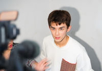 吴磊穿白上衣到北京电影学院报到 表情轻松