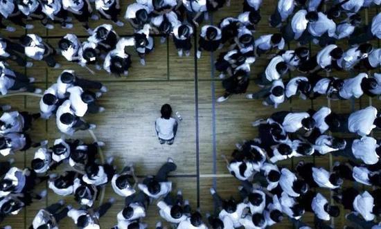 据《每日新闻》报道,2017年度日本全国中小学中发生的霸凌事件多达32.3万件