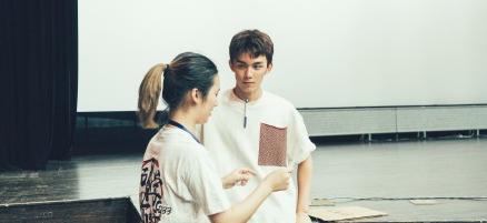 北电开学 吴磊穿白上衣报到表情轻松