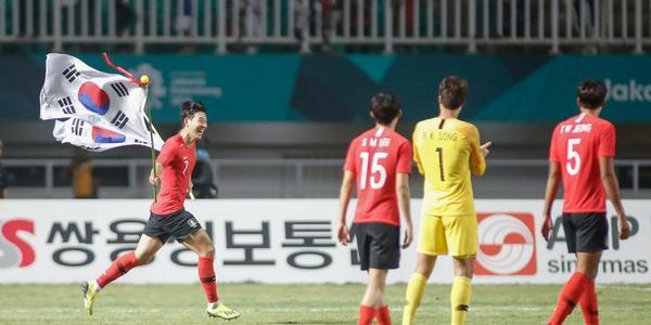 不用服兵役啦!韩国2-1日本 众将庆祝