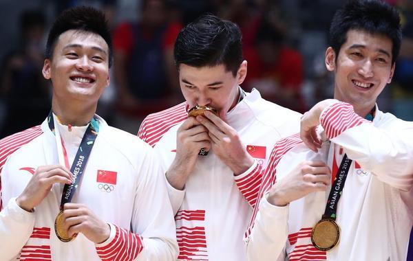 颁奖礼:男篮众将喜笑颜开