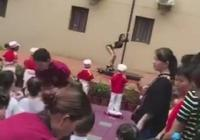 幼儿园开学典礼现钢管舞 园长:让孩子认识舞种