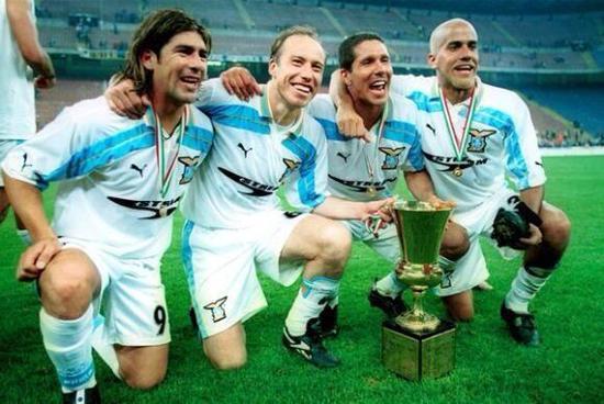 欢庆夺冠的萨拉斯、圣西尼、贝隆和西蒙尼