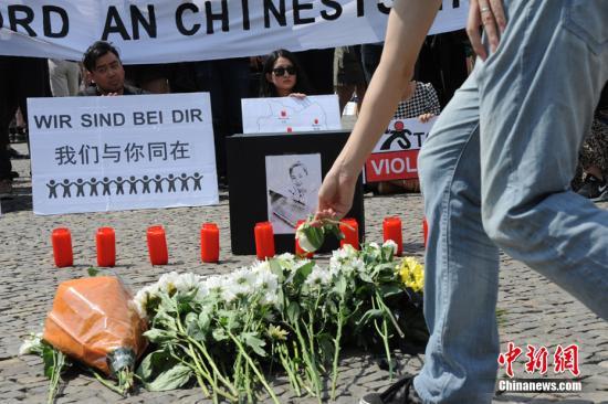 当地时间2016年6月5日下午,德国首都柏林约200名华人自发在柏林标志性建筑勃兰登堡门前举行集会,沉痛悼念不幸遇害的中国籍留学生李洋洁。李洋洁生前就读于德国安哈尔特应用技术大学Dessau校区。 中新社记者 彭大伟 摄