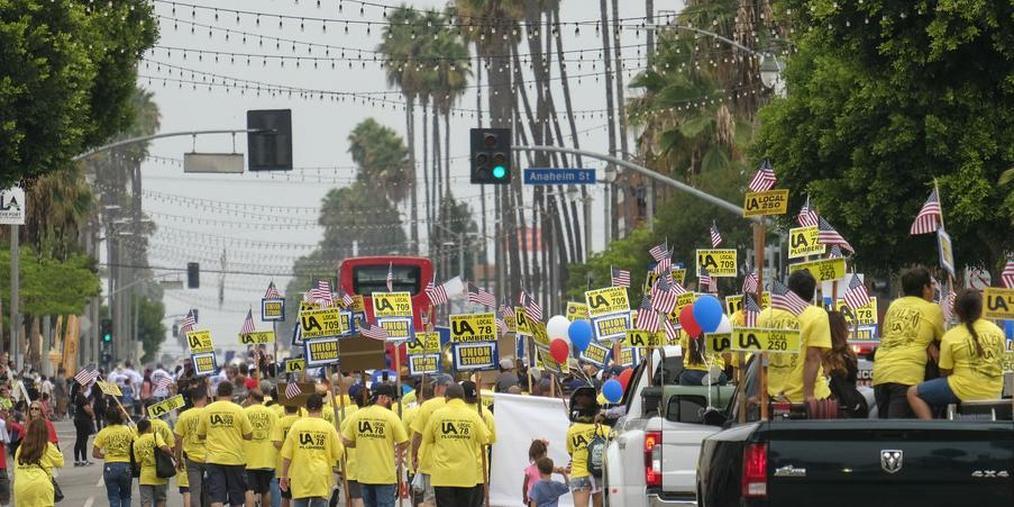 美国洛杉矶举行大游行 庆祝劳工节