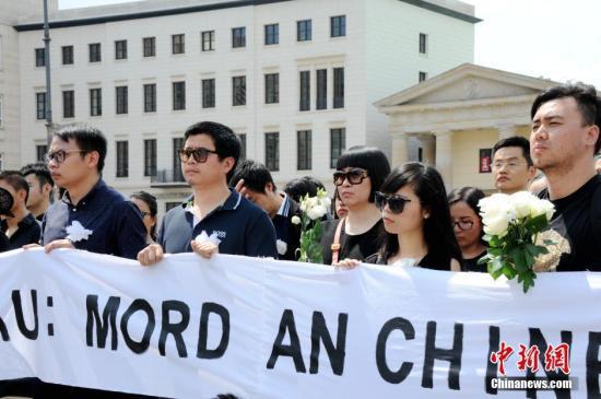 当地时间2016年6月5日下午,德国首都柏林约200名华人自发在柏林标志性建筑勃兰登堡门前举行集会,沉痛悼念不幸遇害的中国籍留学生李洋洁。一些德国友好人士也参加了此次悼念活动。 彭大伟 摄