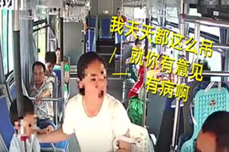 女子让娃在公交上练吊环
