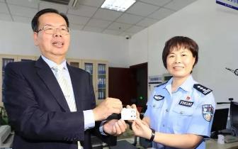 厦门第一张!首批台湾居民居住证在湖里区发出
