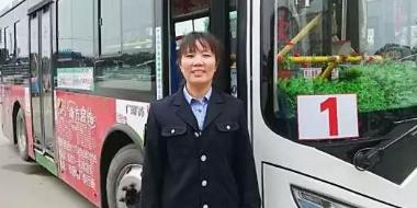 老大娘腿脚不便 峰峰公交车司机将其抱上车
