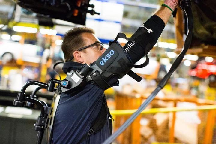 酷似钢铁侠 福特为工人配置外骨骼工作铠甲