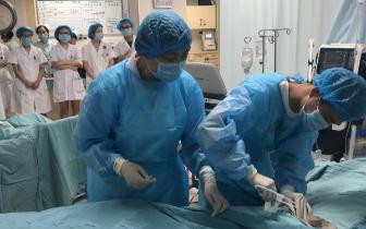 """女子睡梦中心脏骤停 医护人员带去""""救命神器"""""""