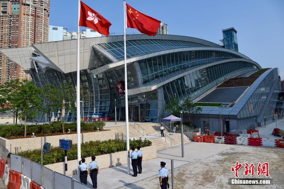 广深港高铁香港西九龙站举行升旗仪式