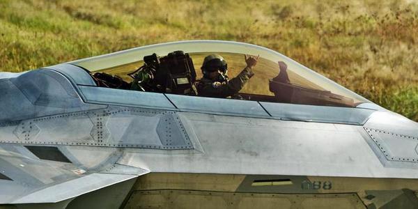 美F22在欧洲完成训练飞行员手比666