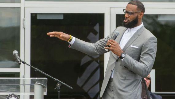 勒布朗获时尚领袖奖 发言支持NFL球星对抗特朗普