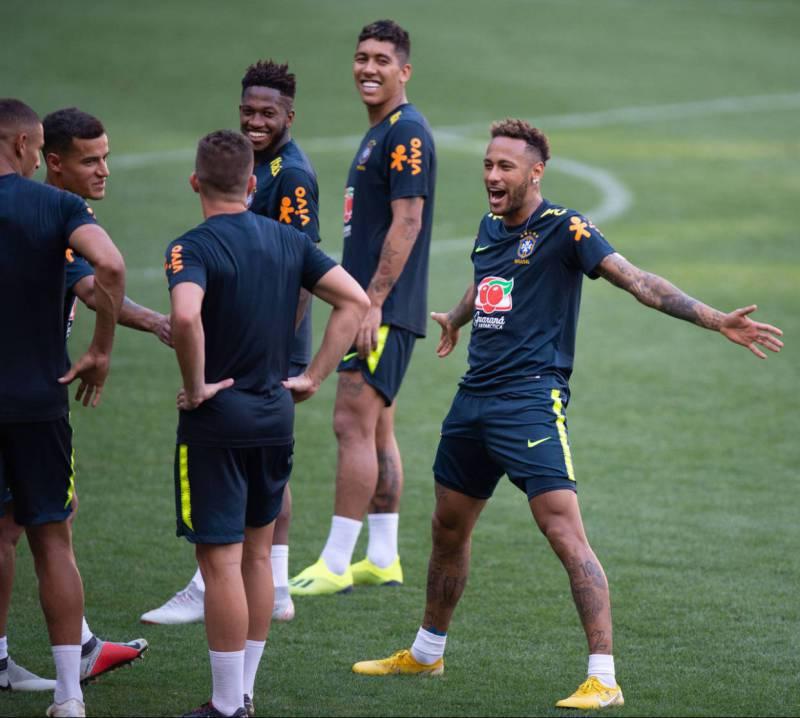 内马尔也来模仿C罗了!拘谨版降落 巴西队友都在笑