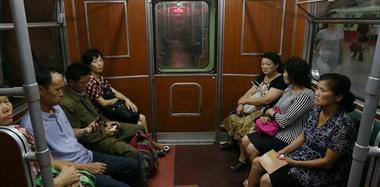 平壤實拍:市民乘地鐵出行 衣著樸素