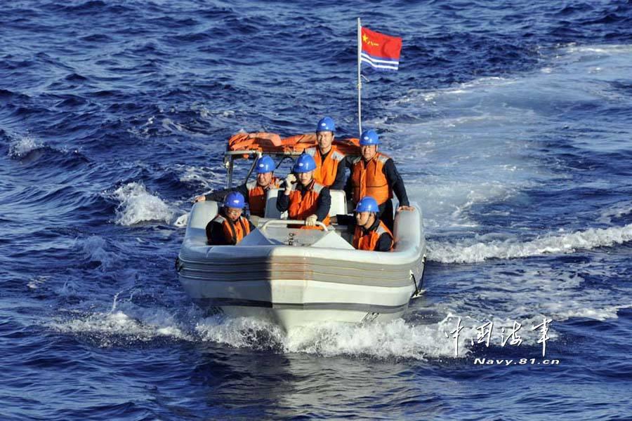 海军在东海某海域组织援潜救生演练
