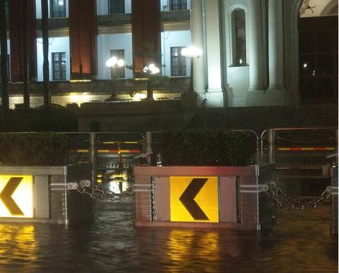"""蔡英文办公室被淹 民进党人士称""""让水好好淹一回"""""""