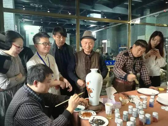 △ 朱辉球制作瓷器。(江西省教育厅公众号发)