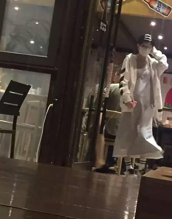 [星娱闻]赵丽颖被传小腹微隆疑怀孕?工作人员:没有这回事