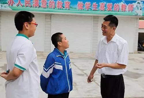 吕文强和学生一起。(中国教育新闻网发)