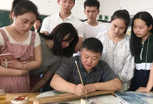 △ 朱辉球在向学生传授陶瓷技艺。(资料图片)