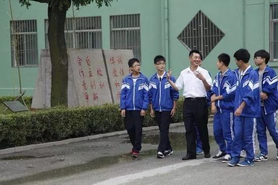吕文强和学生一起在。(青岛市教育局公众号发)