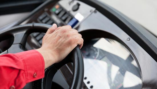 出租司机乘公交嫌司机指错路殴打司机致公交失控