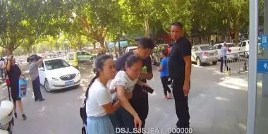 """邯郸民警为一辆违停车开辟""""绿色通道"""""""