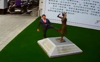 踹慰安妇铜像日本人被骂一天终于回应:腿麻才伸脚