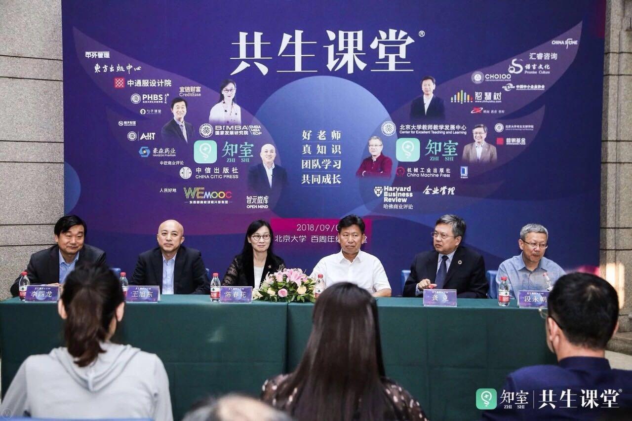 六位演讲嘉宾接受记者采访