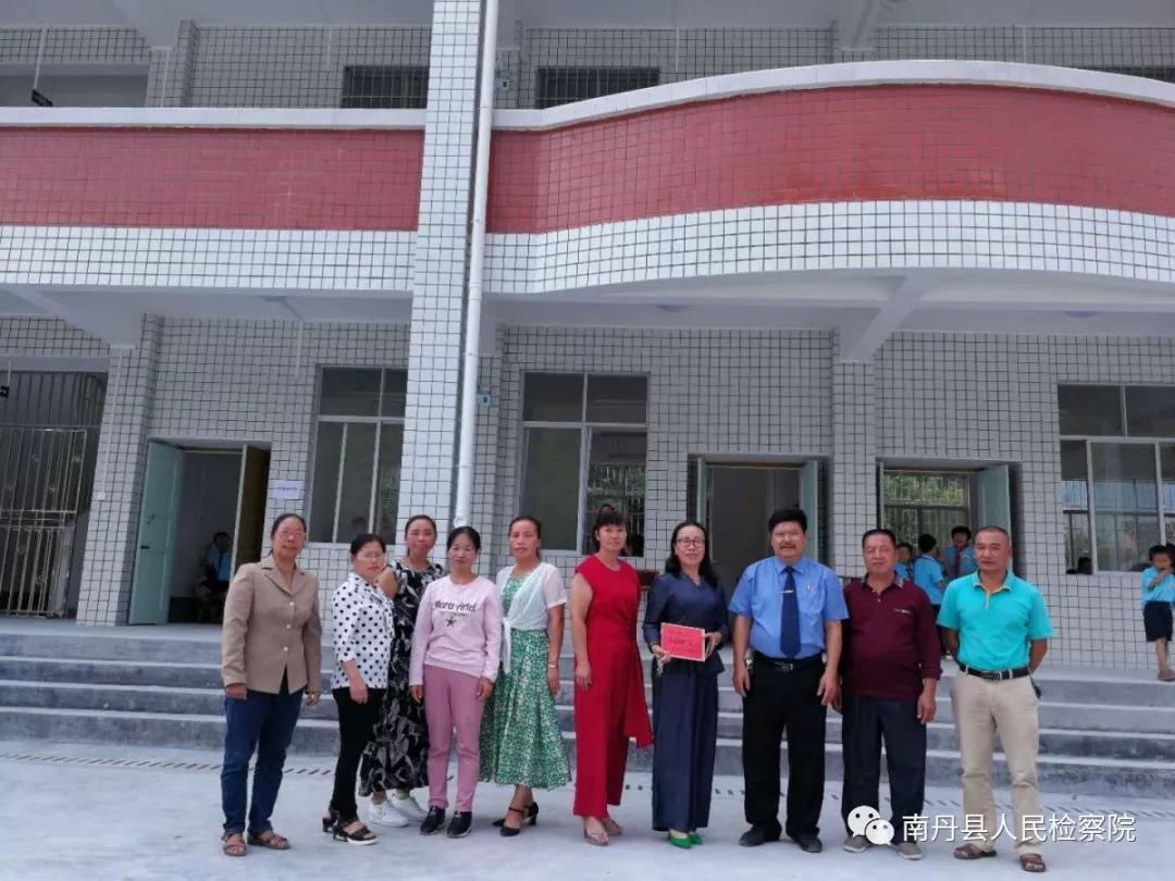 南丹县检察院走进联系点学校开展教师节慰问活动