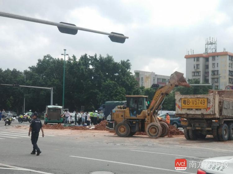 深圳一泥头车发生侧翻 1人被压身亡3人受伤