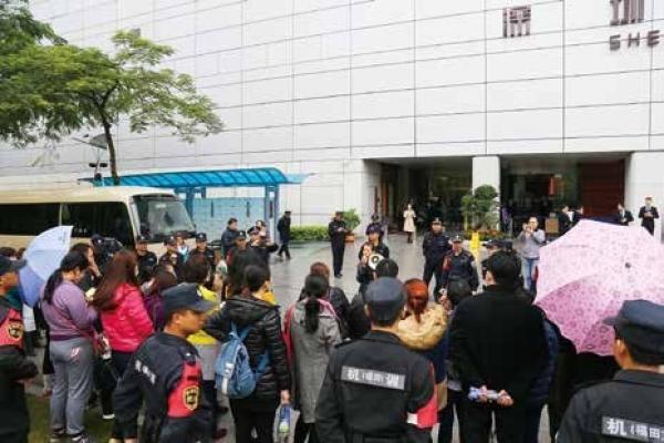"""深圳""""黑户""""的生存危机与隐患:寸步难行"""