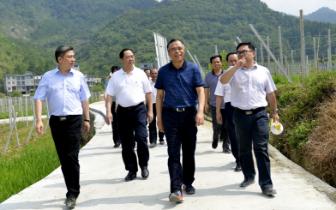 河池市市长唐云舒在东兰主持召开脱贫攻坚座谈会