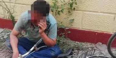 邯郸醉酒男子骑车将嘴和鼻子摔伤 巡警热心救助