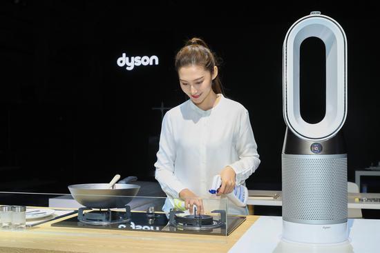 戴森推3款新品:台灯/吸尘机器人/空气净化暖风扇