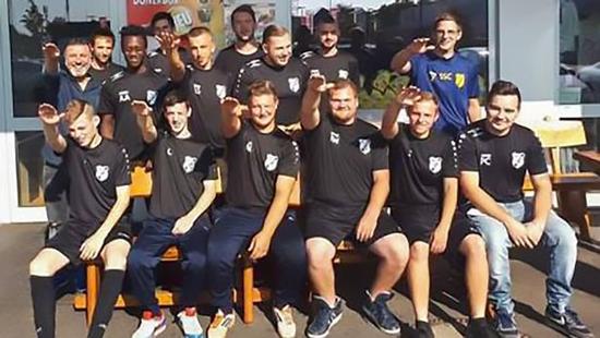 德国7名球员公开行纳粹礼!被俱乐部开除后道歉