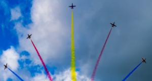 战斗机飞行表演亮相空军航空大学开放日