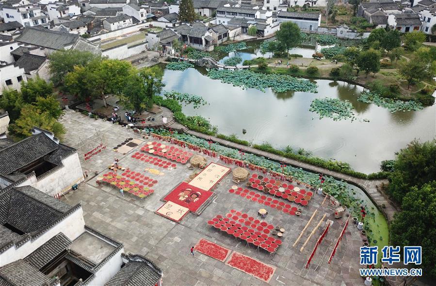 9月12日,呈坎古村村民在晒场上晾晒农作物(无人机拍摄)。