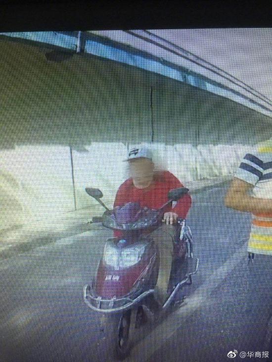 西安一摩的司机强行冲卡 用砖砸伤交警面部