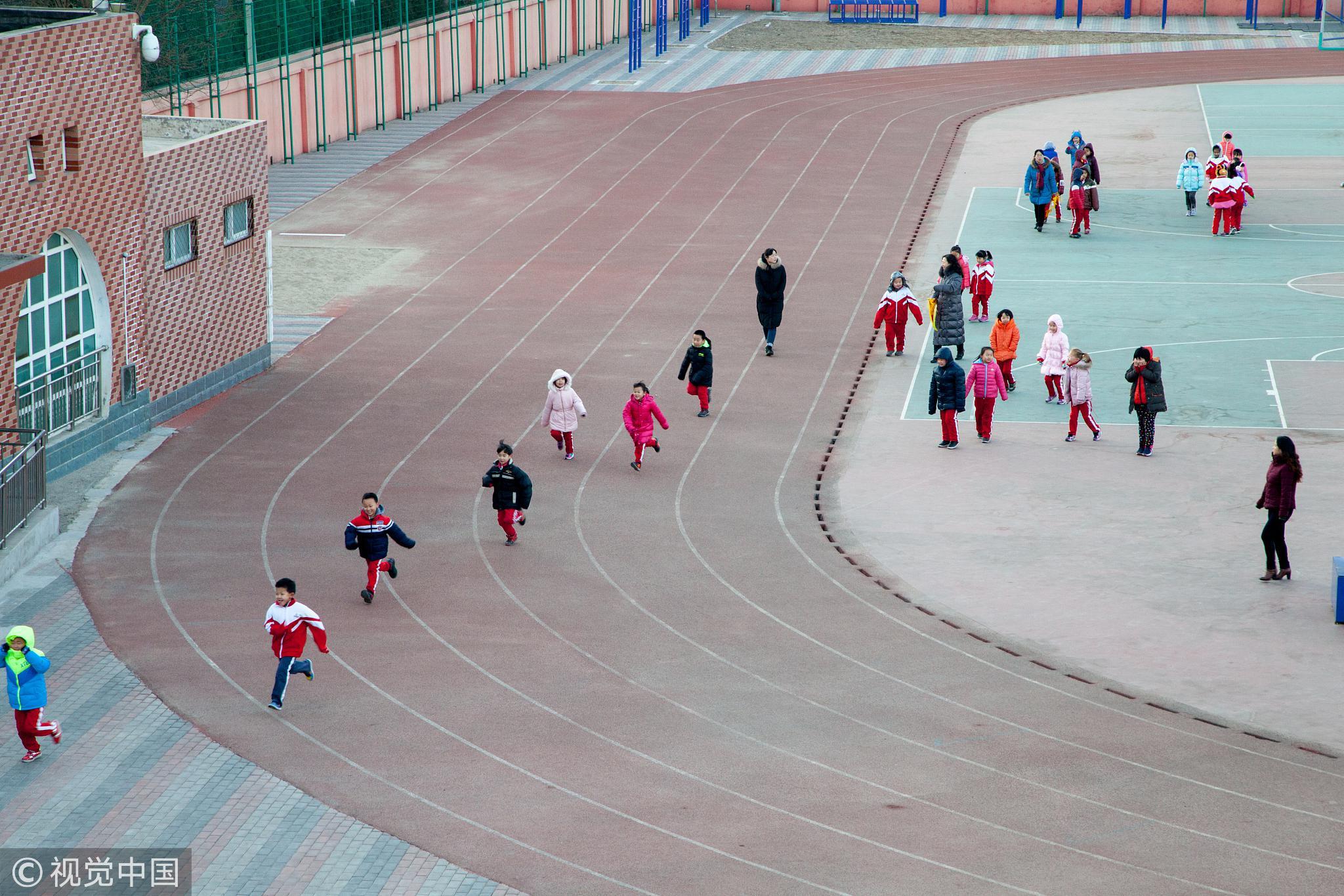 2017年1月9日,北京,大风刮走了持续一周的雾霾,学生在户外自由活动。体育课上的自由活动时间,大概是学生最盼望的/视觉中国