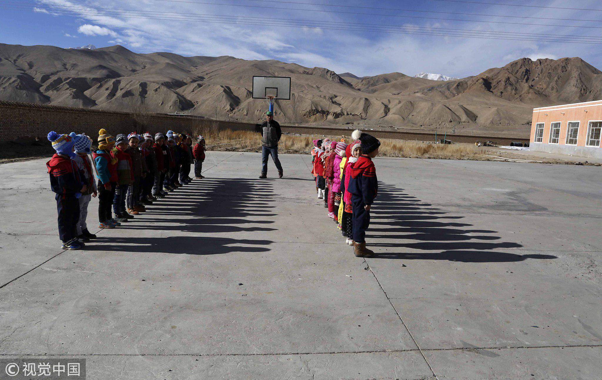 2016年11月29日,喀什。海拔4000米的地方,学生们上体育课也要列队整齐/视觉中国