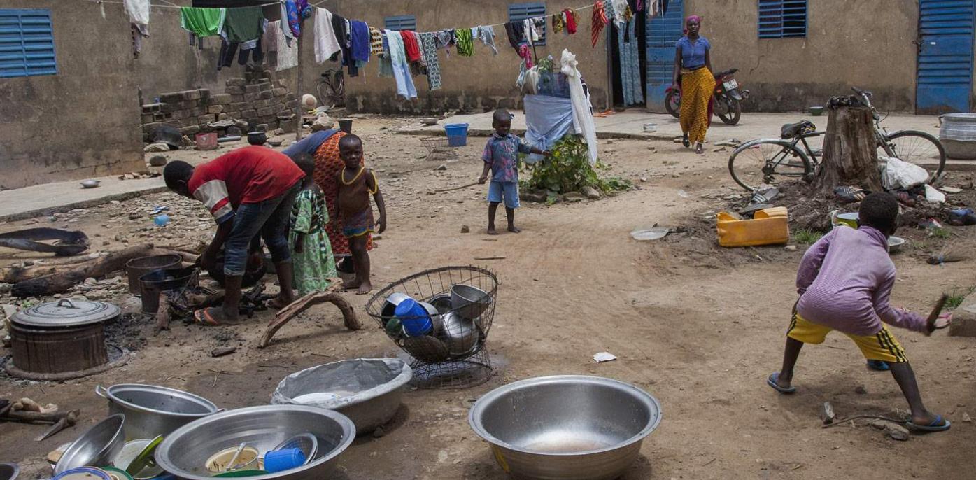 西非女儿国:男人用可乐果求亲 能娶多个妻子